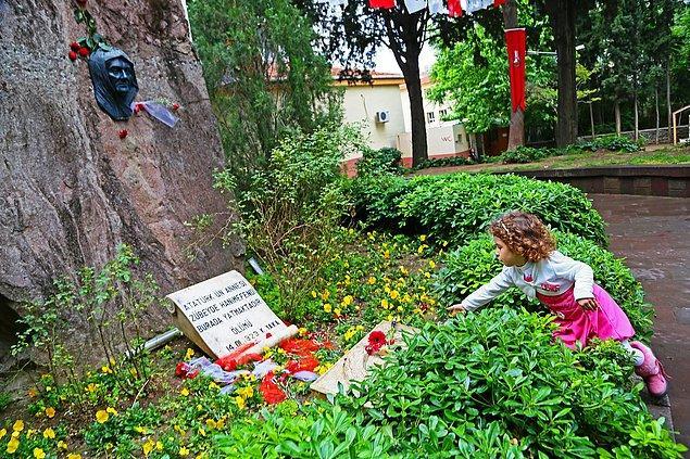 9. Zübeyde Hanım'ın anıt mezarı İzmir-Karşıyaka'da bulunuyor ve emin olun hiç yalnız bırakılmıyor. 😌