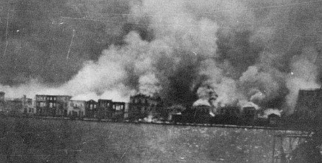 16. İzmir, tarihi boyunca yangınlara teslim olmuş, yaşadığı her yangından sonra yeniden canlanabilme başarısını göstermiş bir kenttir.