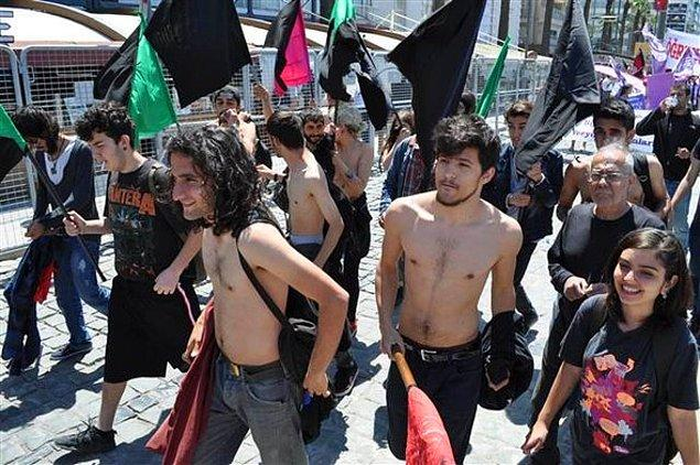 Bedenlerine dokunulmasındansa soyunmayı tercih eden grubun istediği oldu ve kutlamalara bu şekilde devam ettiler.