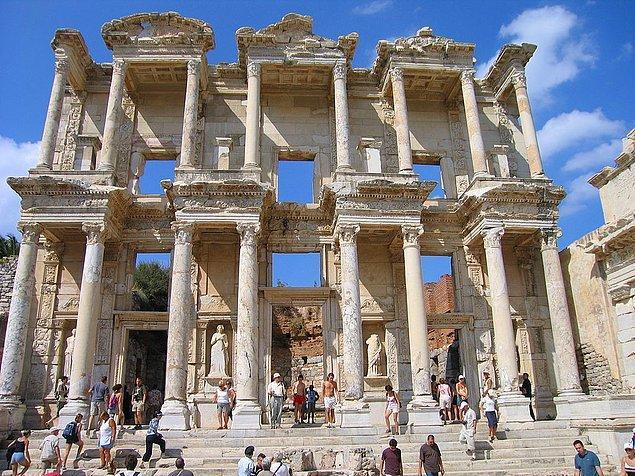 11. Bugün gezilen Efes, Büyük İskender'in generallerinden Lisimahos tarafından M.Ö. 300 yıllarında kurulmuştur. Tümüyle mermerden yapılmış ilk kent olarak bilinir.