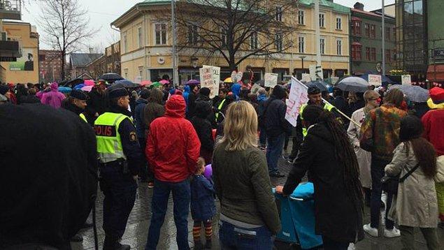 Herşeye rağmen 1 Mayıs günü kentte düzenlenen neo-Nazi yürüyüşünün karşısında duran Asplund gibi aktivistlerin sayısının çok daha fazla olduğu görüldü.