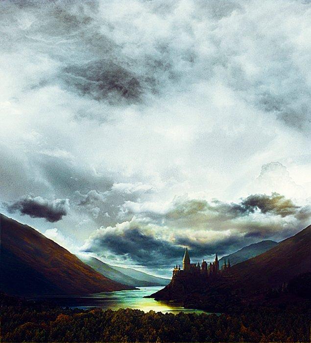 """Godric """"Ben cesur öğrencilerin takımıma girmesini isterim"""" diye söylerken Rowena ise """"Zeki ve mantıklı olanlar ise benim evime gelsinler."""" diyor."""