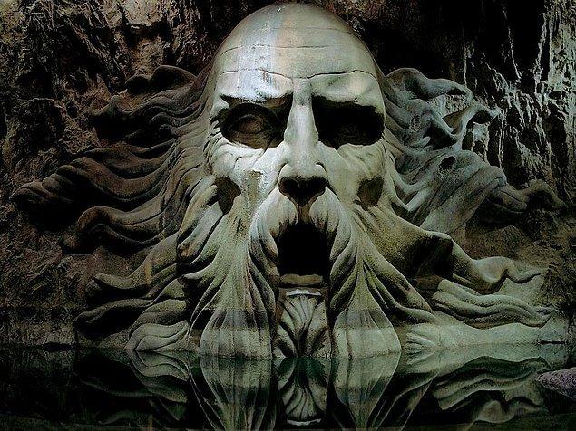 Gitmeden önce kendisine ait gizli bir oda inşa ediyor ve Hogwarts'tan tamamen ayrılıyor.