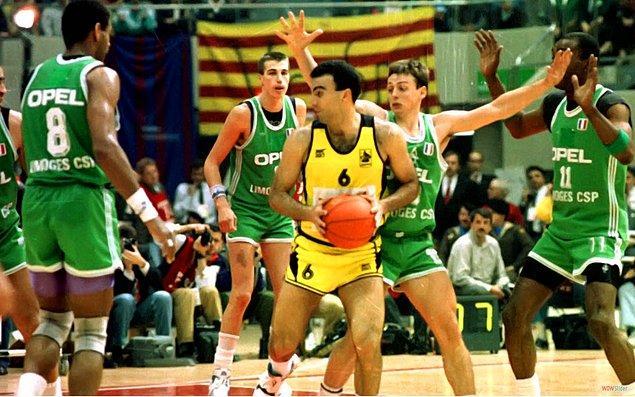Bir maçta en fazla sayı atan oyuncu: 43 sayı Nikos Galis (1990)