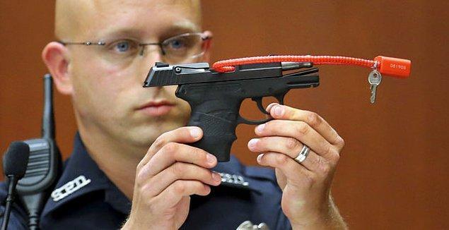 2013 yılındaki duruşma sırasında Zimmerman'ın silahı hakim ve savcı karşısında gösteriliyor.
