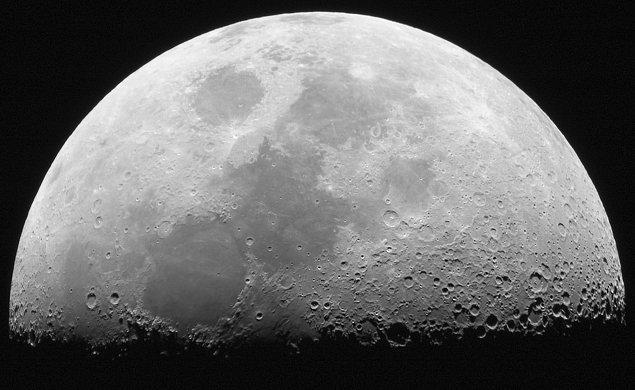 22. Ay, Dünya dışında insanoğlunun ayak bastığı tek yerdir. Bir atmosferi olmadığı için rüzgâra da sahip olmayan Ay'daki ayak izlerimiz, Ay var oldukça ilk günkü gibi korunacaktır.