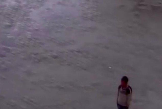 Yağmur altında İstiklal Marşı'nın bitmesini bekledi