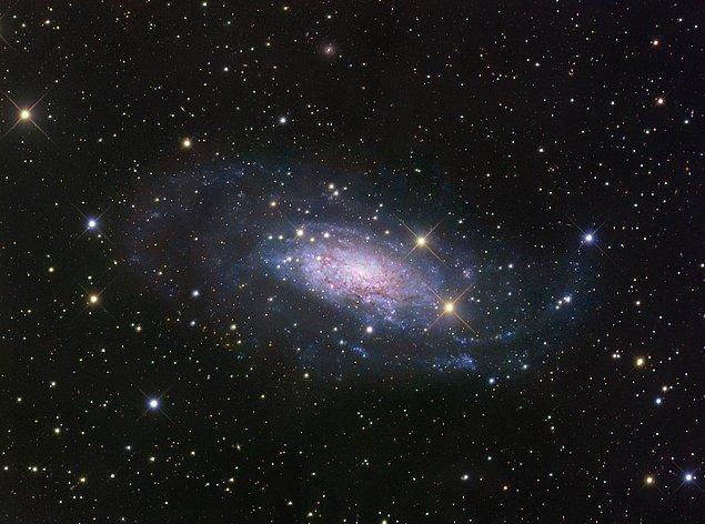 """25. Galaksiler, kümeler halinde bulunmaktadır ve Samanyolu galaksisi """"Yerel Grup"""" adı verilen otuz galaksilik bir kümenin içindedir. Yerel Grup'un bir ucundan diğer ucuna olan uzaklık ise 7 milyon ışık yılıdır."""