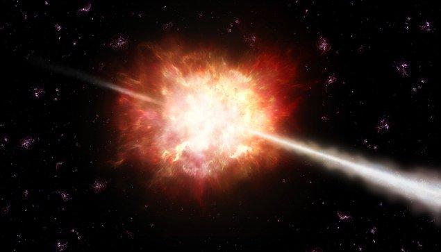 34. Gözlemleyebildiğimiz en uzak galaksi GRB 090423'tür ve Dünya'ya 13.6 milyar ışık yılı uzaklıktadır. Bunun anlamı, bize ulaşan ışığın evren henüz 600.000 yaşındayken yola çıkmış olduğudur.
