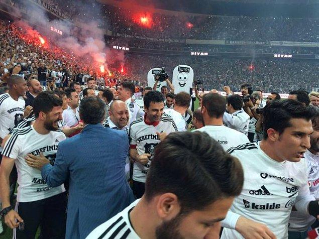 Maçın bitiş düdüğünün ardından Beşiktaşlı futbolcular, teknik heyet ve taraftarlar büyük coşku yaşadı