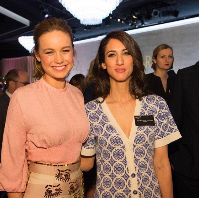 Oscar ödül töreninde Deniz Gamze Ergüven, En İyi Kadın Oyuncu ödülünü kazanan Brie Larson ile birlikte.
