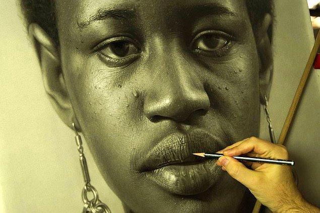 10. Sanatçı eserleri üzerinde ortalama 100 saat çalışıyor.