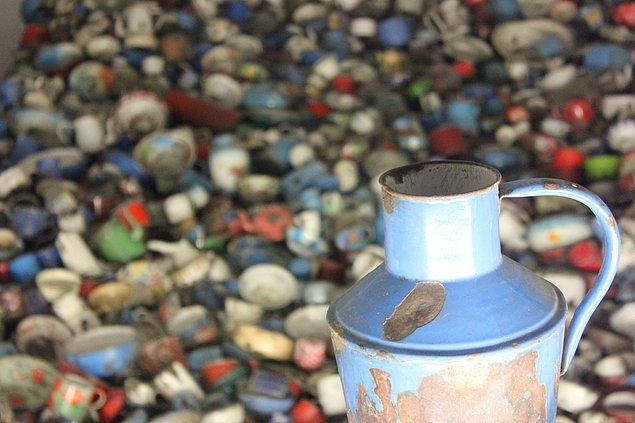 Müzede o kötü günlerden geriye kalan; içinde kupaların, tencerelerin, kase, çaydanlık, sürahi ve benzeri mutfak araç gereçlerinin de olduğu 12000'e yakın nesne bulunuyor.