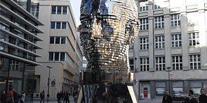 Выполненная в Праге гигантская голова Франца Кафки продолжает удивлять туристов