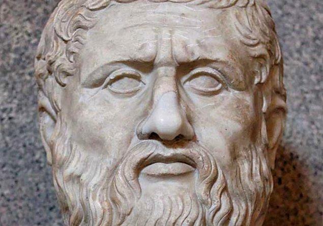 """1. Platon'un gerçek adı aslında Aristocles'ti. Platon, Eski Yunanca'da """"geniş"""" anlamına gelen bir sözcüktü. Kendisine bu adın verilmesinin sebebi ise geniş omuzlarıydı."""