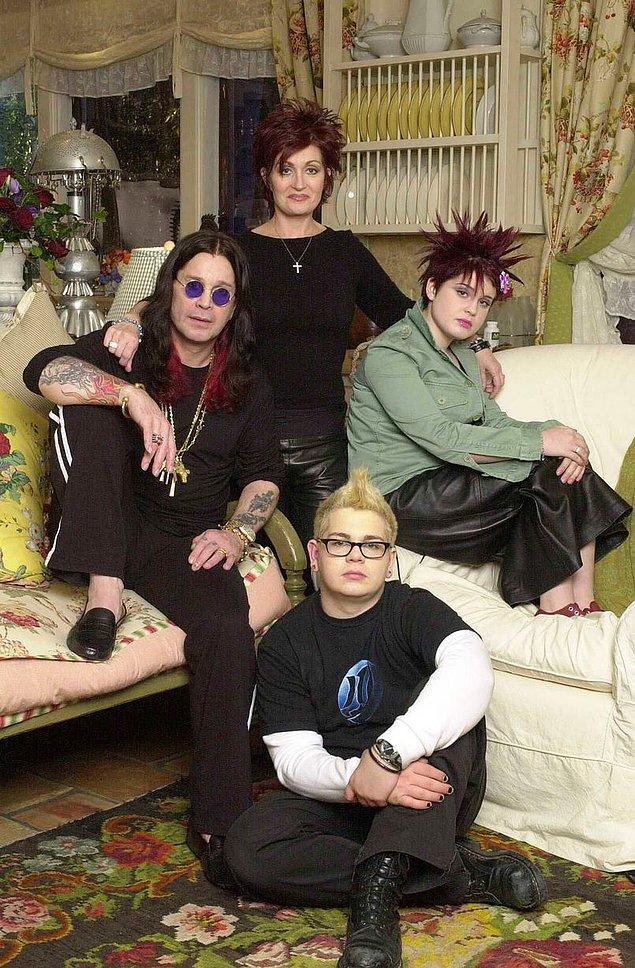 """2002 yılında Osbourne ailesi, """"The Osbournes"""" isimli bir TV programına katılmıştı."""