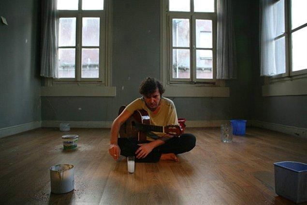 2. Mümkünse en az bir enstrüman çalmasını tercih ediyoruz. Darbuka ya da klasik gitar olması mühim değil. Entel bir görünüm sağlıyor.