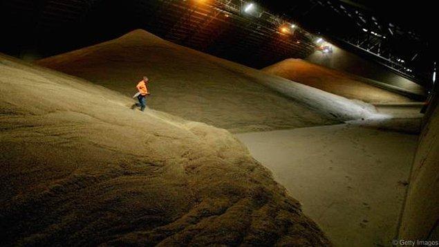 8. Bunun yanısıra bataklık etkisi yaratan kuru ortamlar da vardır. Örneğin tahıl ile dolu bir ambara düşmek ölümcül olabilir.