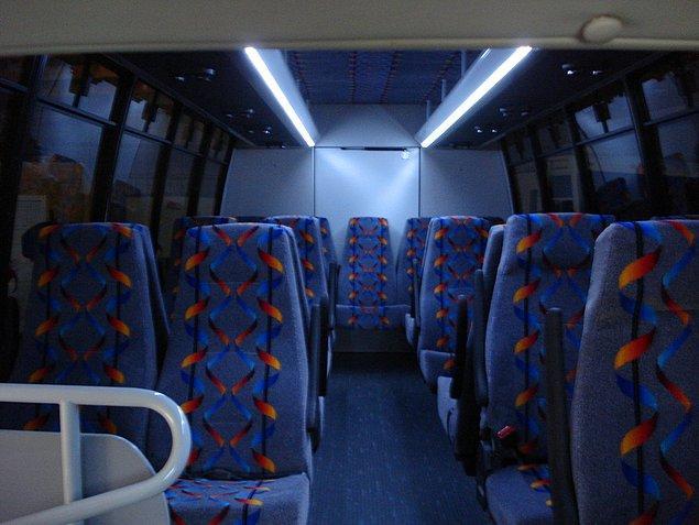 Genç kadın, koltuğun yanı başında mastürbasyon yapan otobüs muavininin, suratına sperm fışkırtması sebebiyle uyandı.