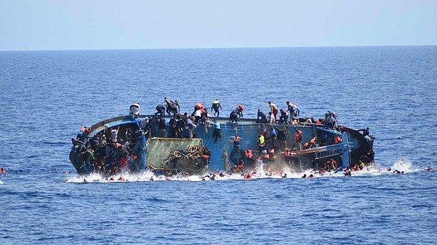 Hareket ettikten kısa süre sonra devrilen balıkçı teknesinde 500'den fazla göçmen bulunuyordu. Bu anları İtalyan sahil güvenlik ekipleri görüntüledi