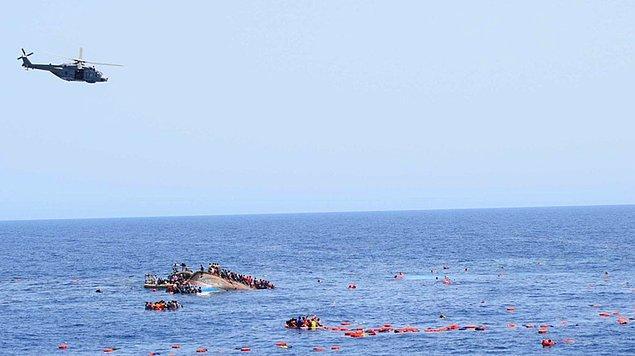 İtalyan sahil güvenlik ekiplerinin kurtarma operasyonuyla yüzlerce göçmen sağ olarak sudan çıkmayı başardı