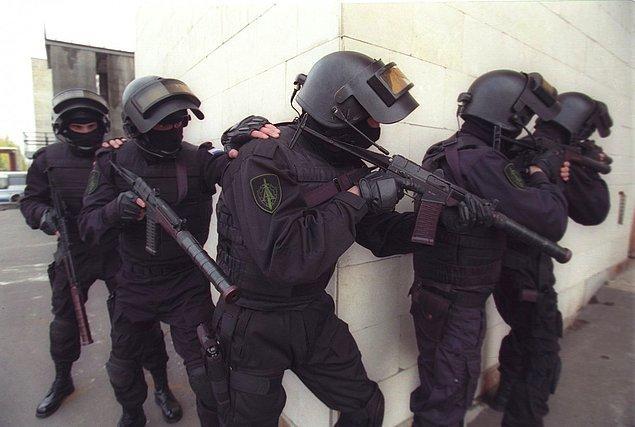 Российское спецподразделение «Альфа» - одно из самых известных формирований в мире войск особого назначения. Эта элитная антитеррористическая группа была создана в 1974 году под эгидой КГБ и в данный момент находится под управлением его правопреемника - ФСБ.