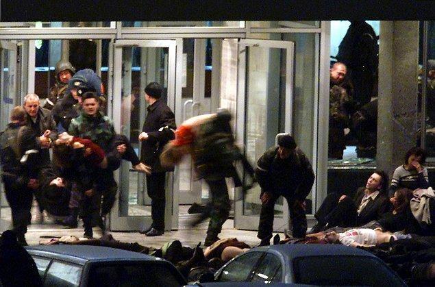 Российские войска особого назначения и, в особенности, подразделение «Альфа» подверглись критике в 2002 году во время захвата заложников в московском театре. Тогда 129 человек погибли в результате применения газа для борьбы с захватившими здание террористами.