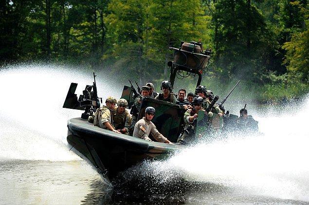 Английский эквивалент «морских котиков» — специальное подразделение морской пехоты Великобритании Special Boat Service (SBS). Процесс отбора новых рекрутов включает проверки на выносливость, тренировки в джунглях Белиза и отработку навыков выживания в бою, в том числе интенсивный допрос кандидатов. Пробовать вступить в ряды подразделения можно не более двух раз.