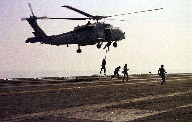 «Морские котики» — элитное подразделение военных сил США — могут дать фору даже морским пехотинцам. Чтобы вступить в их ряды, необходимо уметь отжаться 42 раза за 2 минуты, сделать 50 подъемов корпуса за 2 минуты и пробежать 2,5 км за 11 минут. И все это еще до начала учебного курса.