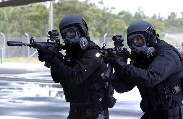 Особая воздушная служба Великобритании, известная под аббревиатурой SAS (Special Air Service), является сухопутным близнецом специального подразделения морской пехоты — SBS. Их девиз звучит так: «Кто рискует — побеждает». На вопрос о важности этого подразделения в борьбе, последовавшей после войны в Ираке, американский генерал Стэнли МакКристал ответил: «Их участие было критически важным. Без них мы бы не справились».