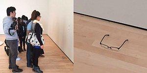 İki Kafadar Sanat Galerisinde Yere Gözlük Bıraktı, İnsanlar Sanat Eseri Sandı!