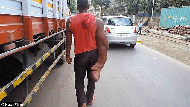 Haberi yapan muhabir, genç adamın Bombay'a geldiğinden beri iş bulmakta zorluk yaşadığını söylüyor.