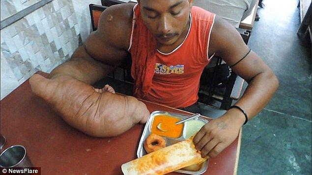 Bir muhabir ise  Bablu'yu takip ederek günlük yaşamını haber yapmak istedi. Görüntülerde Bablu, bir restoranda yemek yerken görülüyor.