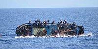 İtalyan Donanması Akdeniz Açıklarında Alabora Olan Göçmen Teknesi Görüntülerini Yayınladı