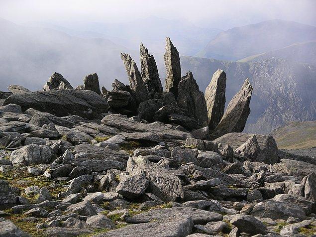 Kayalıkların arasından gelen rüzgarın uğultusunu duydu. Tabii bu kayalıkların çok eski olduğunu söylemek gerek.