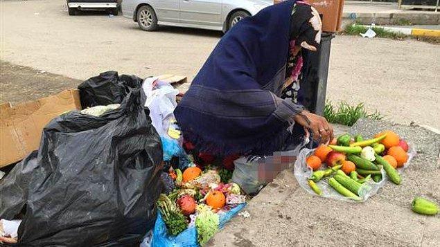12. Başkaları sadece fotoğrafını çekmek için yemek yaparken; karnını doyurmak için artıklardan yiyecek toplayan insanlar.