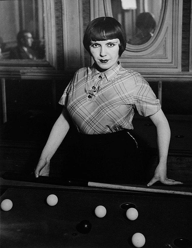 9. La fille de Joie au Billard Russe, Boulevard Rochechouart, 1933