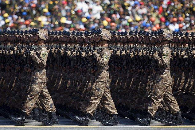 8. II. Dünya Savaşı bitiminin 70. yıl dönümü için yapılan kutlamalarında yürüyen askerler.