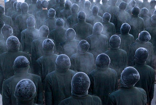 16. Çin Halk Kurtuluş Ordusu'na yeni katılan askerler eğitimde.