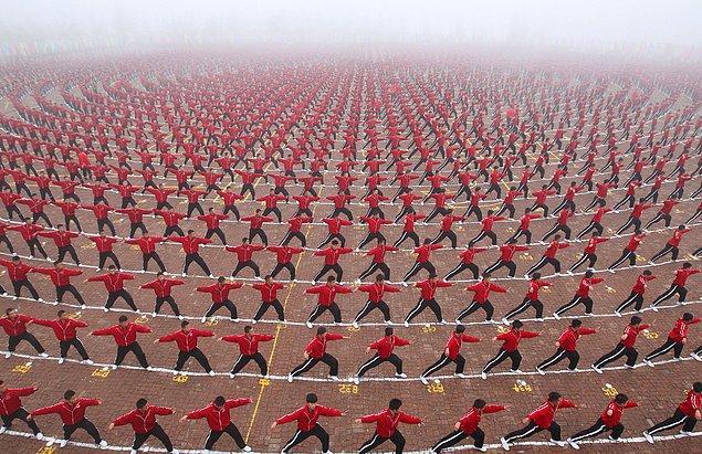 19. Shaolin Tagou Dövüş Sanatları Okulu'nun futbol takımı kuruluş töreninde gösteri yapan öğrenciler.