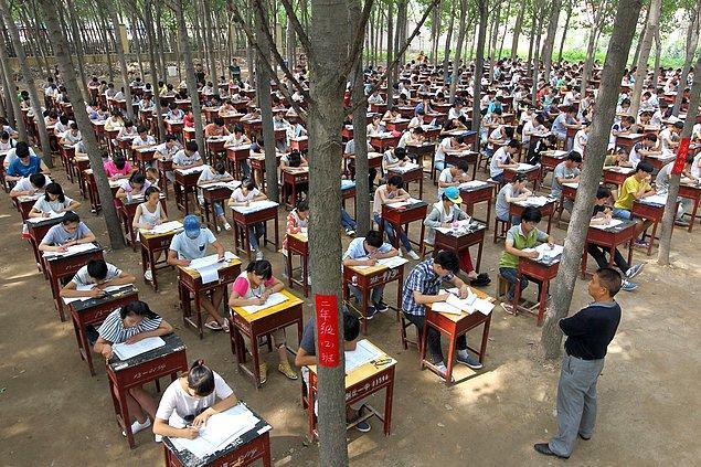 21. Açık havada final sınavına giren öğrenciler.