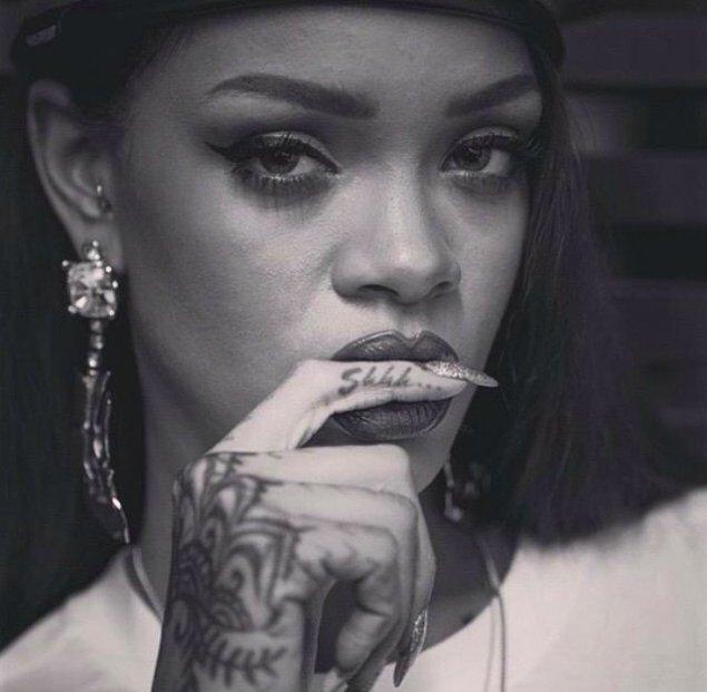 """17.Rihanna'nın en çok canını acıtan dövmeler ise """"shhh"""" ve """"love"""" olanlar."""