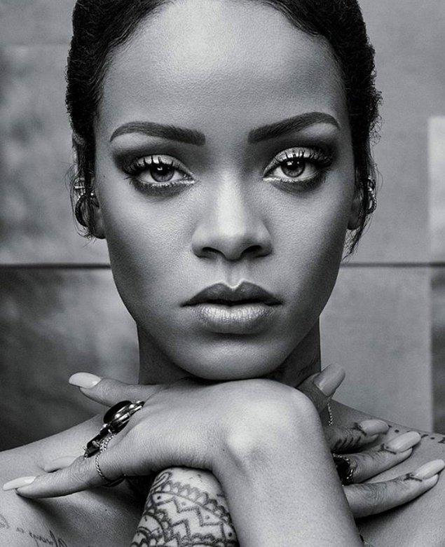 18.Rihanna makyajını her zaman kendisi yapıyor.