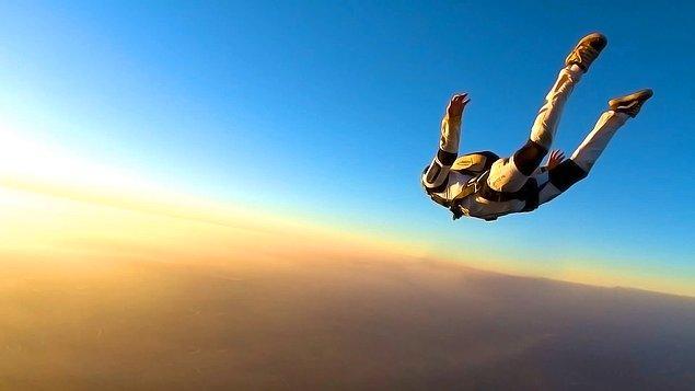 22.Çok korkmasına rağmen bir gün mutlaka skydiving yapmak istiyor.