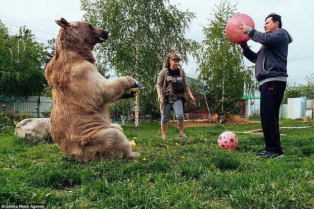 Hem eğleniyor hem spor yapıyor.