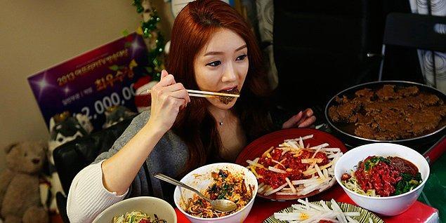 Koreliler gittikçe daha yanlız bir hayat tarzını benimsiyor. Bu sebeple çoğunlukla evde yalnız yemek yiyorlar. Mukbang hikayesi de buradan çıkmış.