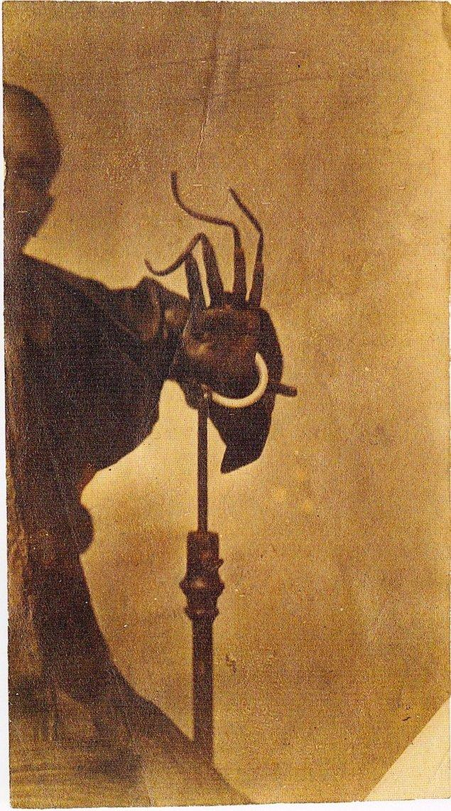 9. Bu da dünyanın en uzun tırnaklı insanlarından birisinin fotoğrafı.