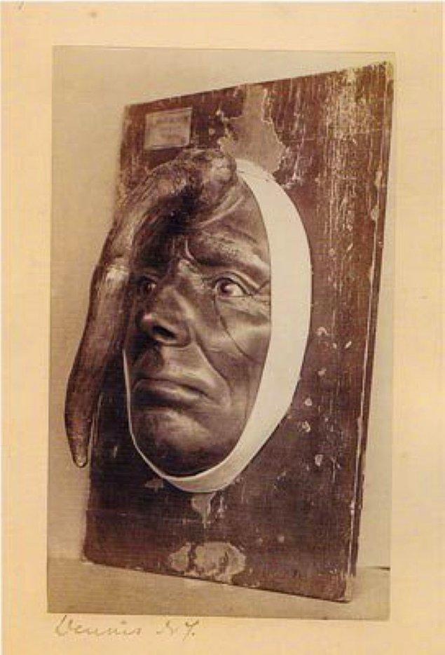 12. Alnının tam ortasında yaklaşık 25 santimetrelik bir boynuz çıkan bu adam da, müzenin ilginç parçalarından.
