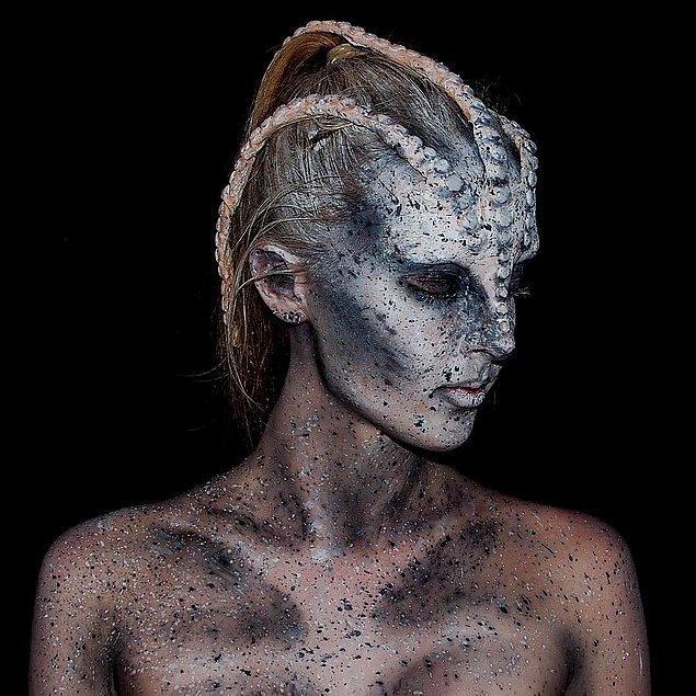 Bu nefes kesen makyaj uygulamalarını görünce, Lara'nın 16 yaşında olduğuna inanmak ise imkansız!