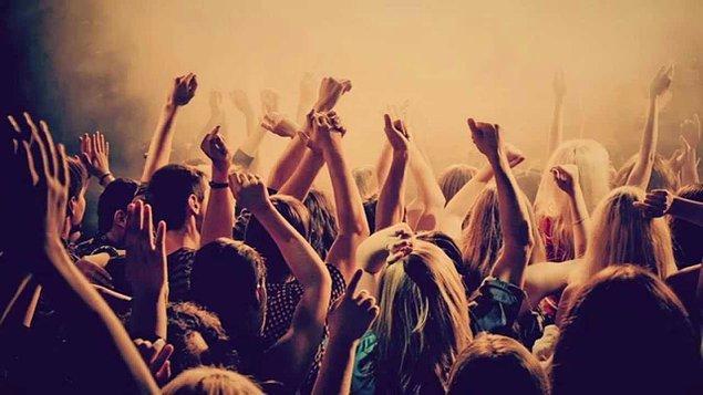 16. Arkadaşınla beraber bir partidesin. Partide sen ve arkadaşın dahil 10 kişi var.
